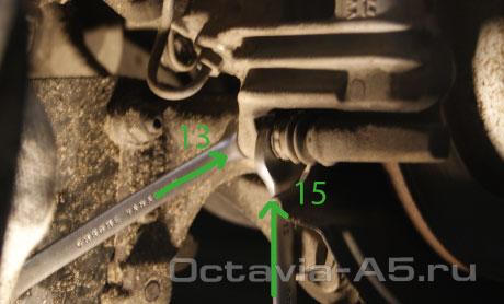 открутить два пальца тормозного суппорта octavia a5